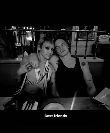 Miley Cyrus y Cody Simpson en una storie de Instagram