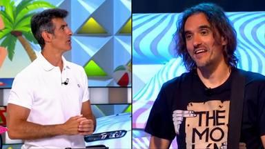 Jorge Fernández y Joaquín Padilla, cantante de 'La Ruleta', protagonizan un divertido momento en directo