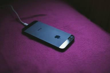 ¿Dejas tu teléfono móvil cargando toda la noche? Esto es lo que puede ocurrirle