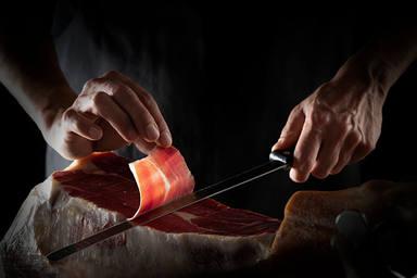 Los cuatro errores más frecuentes que cometes cuando cortas jamón