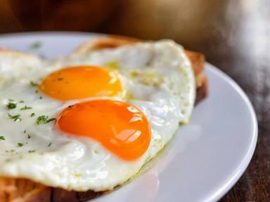 El error más común al cocinar un huevo frito y que poner en riesgo tu salud