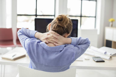 Los consejos básicos para cuidar tu espalda si pasas mucho tiempo sentado