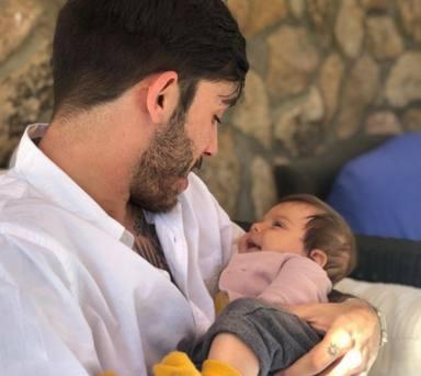 Víctor Elías con el bebé de Natalia Sánchez