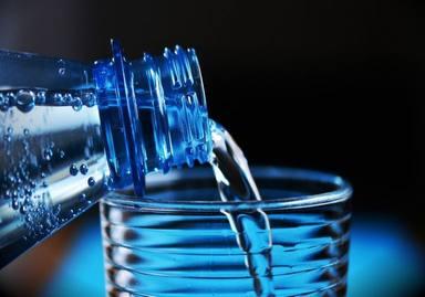 ¿Cuáles son los peligros de beber demasiada agua?