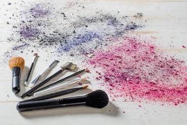 ctv-ciz-89936972-hermosa-naturaleza-muerta-con-varios-pinceles-de-maquillaje-y-coloretes-con-colores-de-sombra-de-ojo