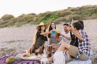 ctv-osw-grupo-amigos-divirtiendose-playa 23-2147643670