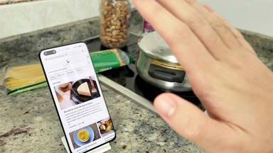 El sencillo truco para mantener tu móvil a salvo si lo usas mientras cocinas