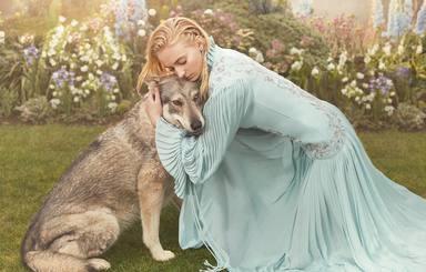 Sophie Turner y Zunni, el perro que daba vida a Dama