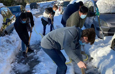 Los alumnos de los colegios mayores, implicados en la retirada de la nieve