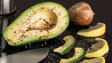 El error común que cometes al comer aguacate y que pone en riesgo tu salud