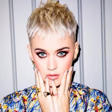 Katy Perry le tirael movil a una fan en su concierto