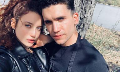 María Pedraza y Jaime Lorente son 'pillados' en su lado más romántico