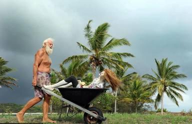 La rocambolesca vida de un millonario que lleva 20 años náufrago en una isla desierta con sus dos novias