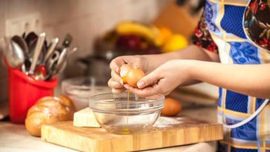 El tremendo error que puedes cometer al cascar un huevo y que pone en juego tu plato