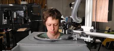 Un youtuber crea un robot capaz de cortar el pelo en cuarentena