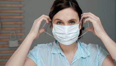 ¿Cómo debemos colocarnos la mascarilla quirúrgica de forma segura?