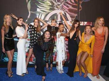 Taylor Swift junto a su squad en una alfombra roja