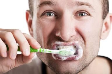 Los dos fallos que cometes al lavarte los dientes y que ponen en peligro tu higiene dental