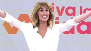 """Emma García, en apuros por un problema con su falda en pleno directo: """"No se puede..."""""""