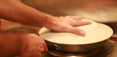 La herramienta de cocina con la que no sufrirás más al dar la vuelta a la tortilla de patatas
