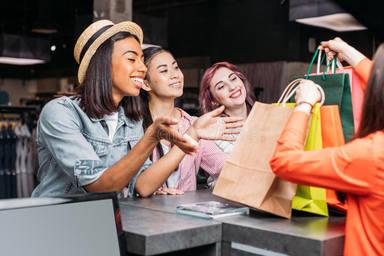 ctv-sox-mujeres-jovenes-felices-que-compran-ropa-y-que-miran-los-panieres-94315146