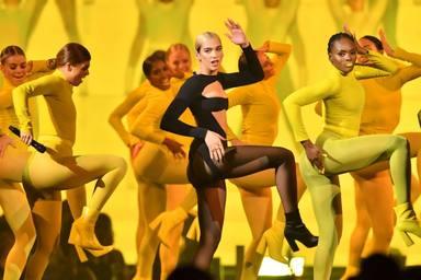 Dua Lipa sorprende a todos con su actuación en los MTV EMAs