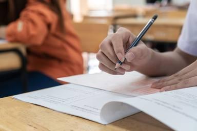 ctv-zza-estudiantes-universitarios-escuela-manos-tomando-examenes-escribiendo-sala-examen 4236-1843