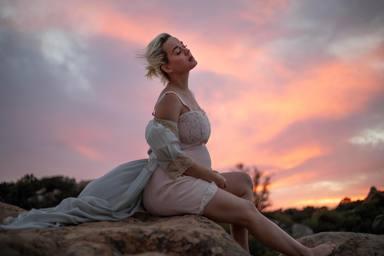 Una exuberante Katy Perry embarazada presenta su nuevo temazo: 'Daisies'