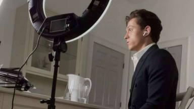 Tom Holland hace algo durante las entrevistas por webcam con lo que te vas a sentir muy identificado