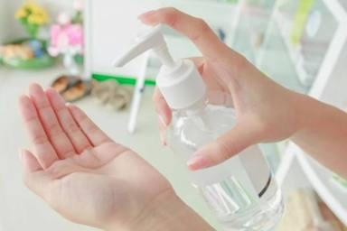 Aprende a darte el gel desinfectante de manera adecuada y evita estos errores