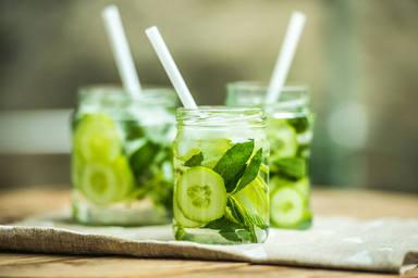 Aprende a preparar el agua de pepino que ayudará a mejorar tu dieta y tu piel