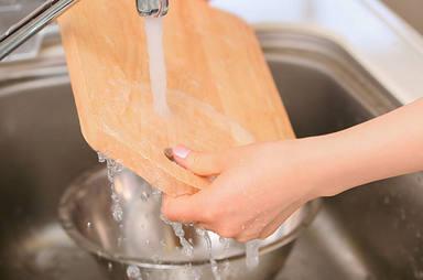 Las seis claves imprescindibles para desinfectar la tabla de cortar de tu cocina
